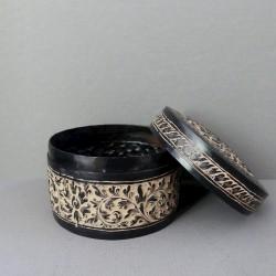 Petite boîte en métal ronde